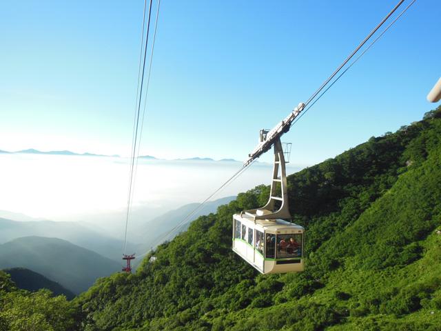 中央アルプス駒ヶ岳ロープウェイ 中央アルプス宝剣岳(標高2,931m)直下の通称「千畳敷カール」まで架けられた、わが国最初の山岳ロープウェイです。