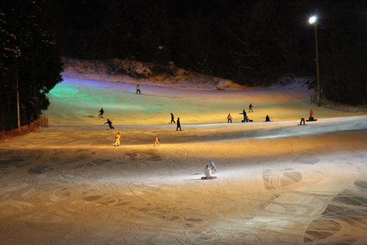 駒ヶ根高原スキー場 平均斜度15度または18度のファミリー向けゲレンデ。 スノーボードは全面滑走可能。ナイター営業あり。